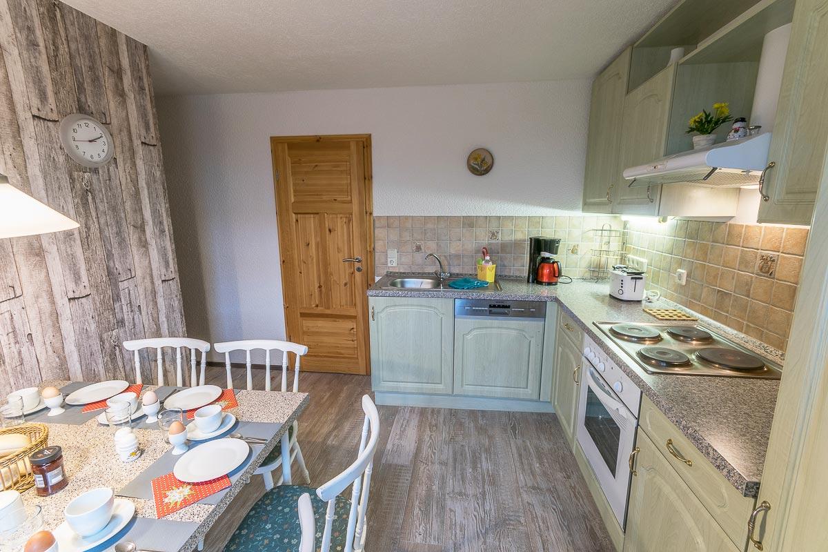 Ferienwohnung Adamsberg - Küche mit Esstisch und Küchenzeile