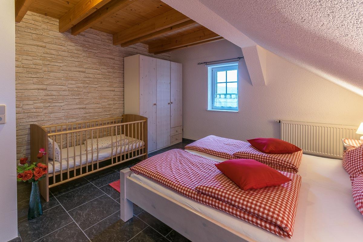 Ferienwohnung Adamsberg - Schlafzimmer2 mit Doppelbett und Kinderbett