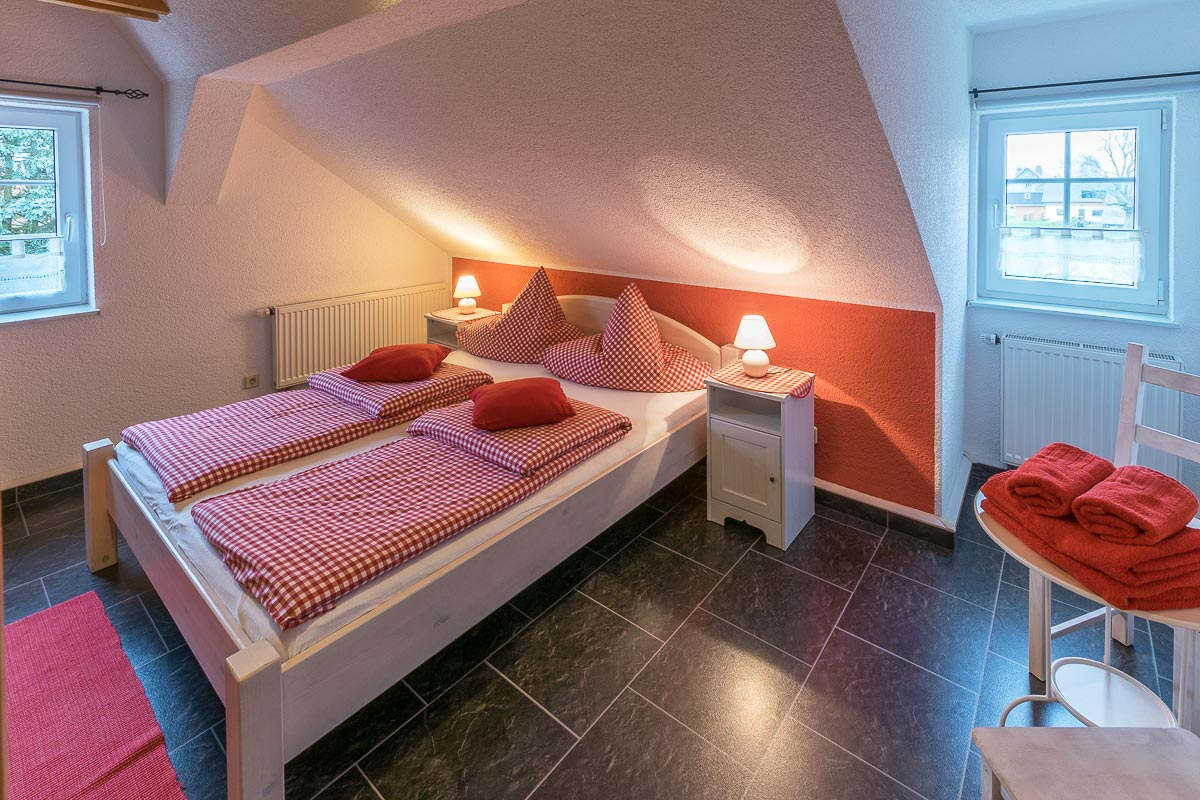 Ferienwohnung Adamsberg - Schlafzimmer2 mit Doppelbett und Nachttischlampen