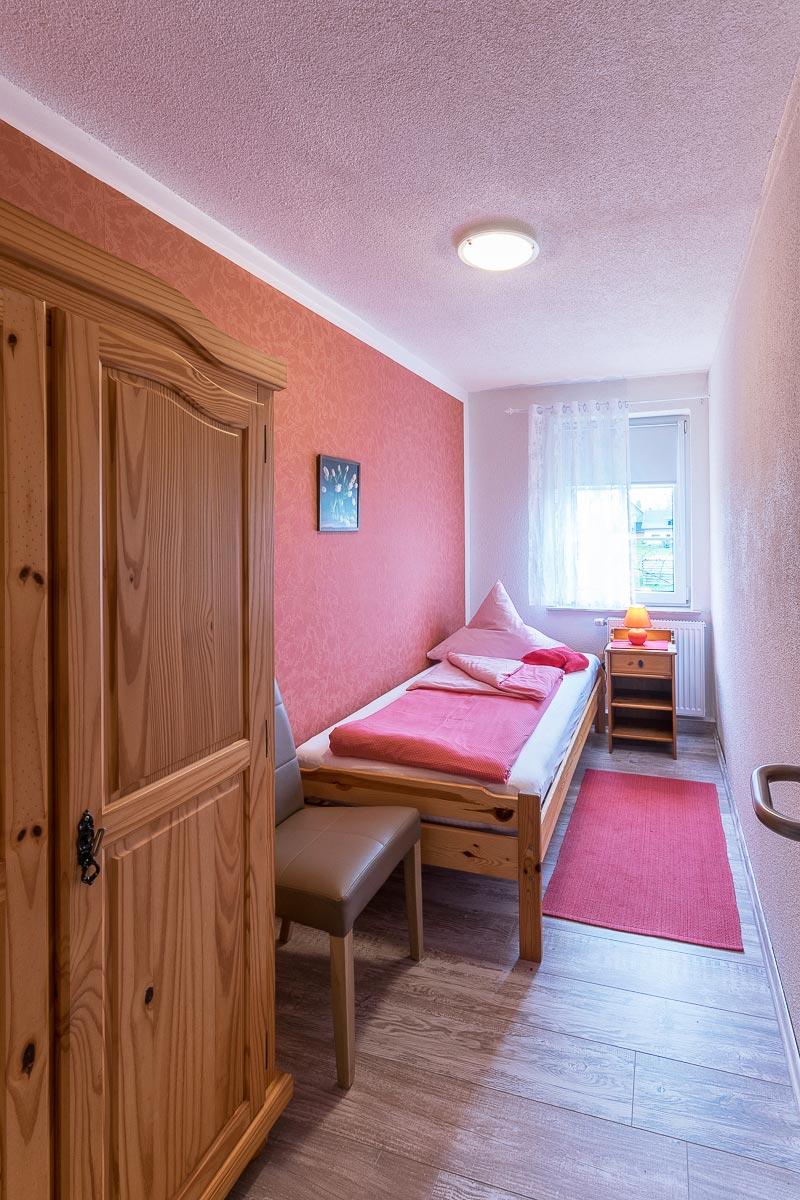 Ferienwohnung Adamsberg - Schlafzimmer5 mit Einzelbett und Schrank