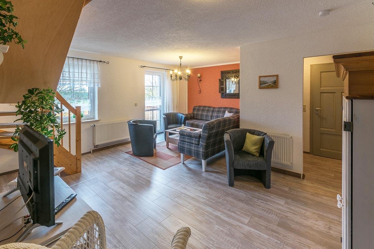 Ferienwohnung Adamsberg - Wohnzimmer mit Sofa und TV