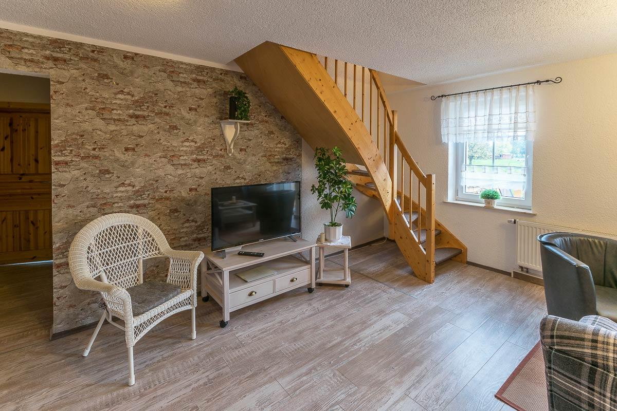 Ferienwohnung Adamsberg - Wohnzimmer mit Treppenaufgang