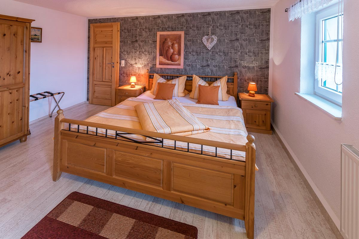 Ferienwohnung Lilienstein - Schlafzimmer1 mit Doppelbett und Schrank