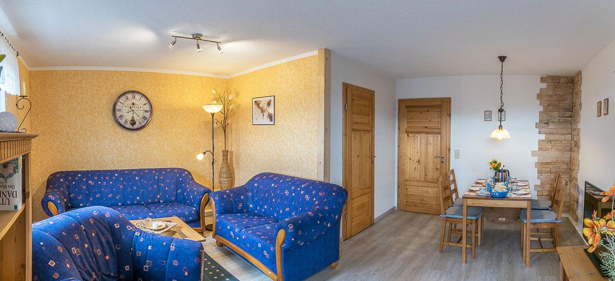 Ferienwohnung Lilienstein - Wohnzimmer mit Couch und Essecke