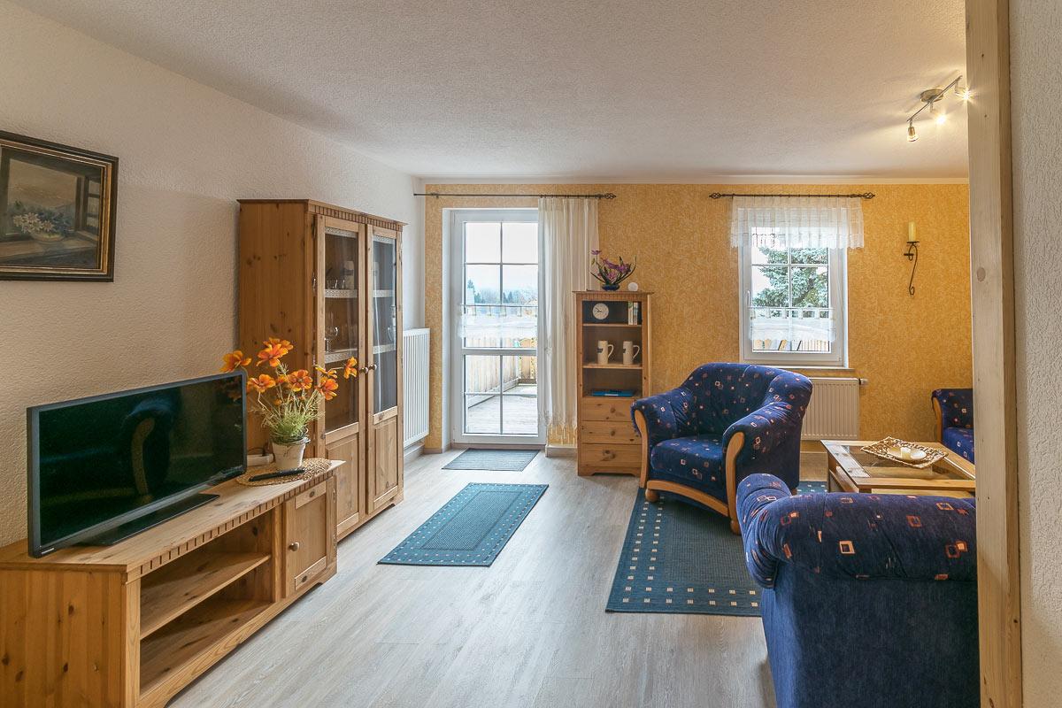Ferienwohnung Lilienstein - Wohnzimmer mit Couch und TV
