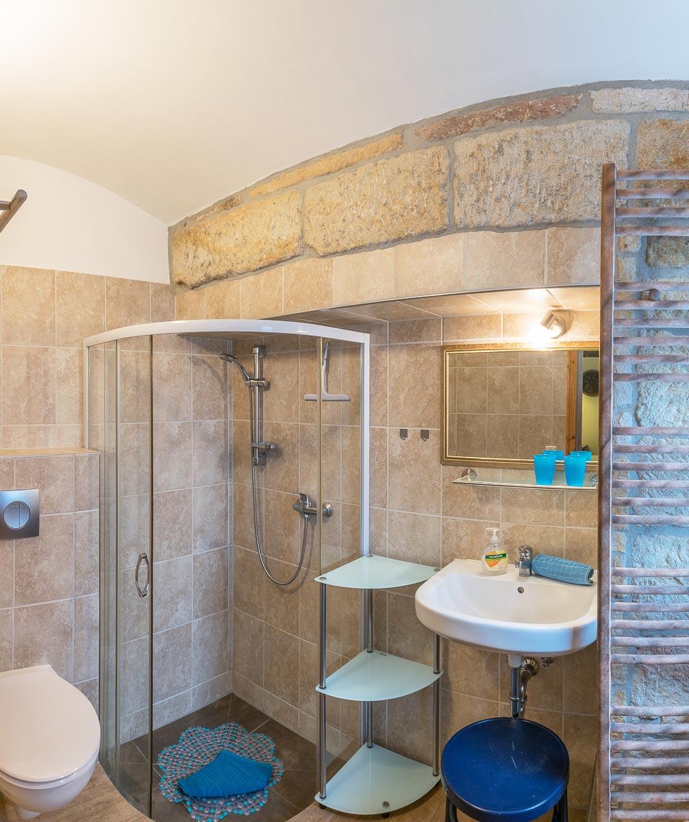 Ferienwohnung Papststein - Badezimmer mit Dusche und WC