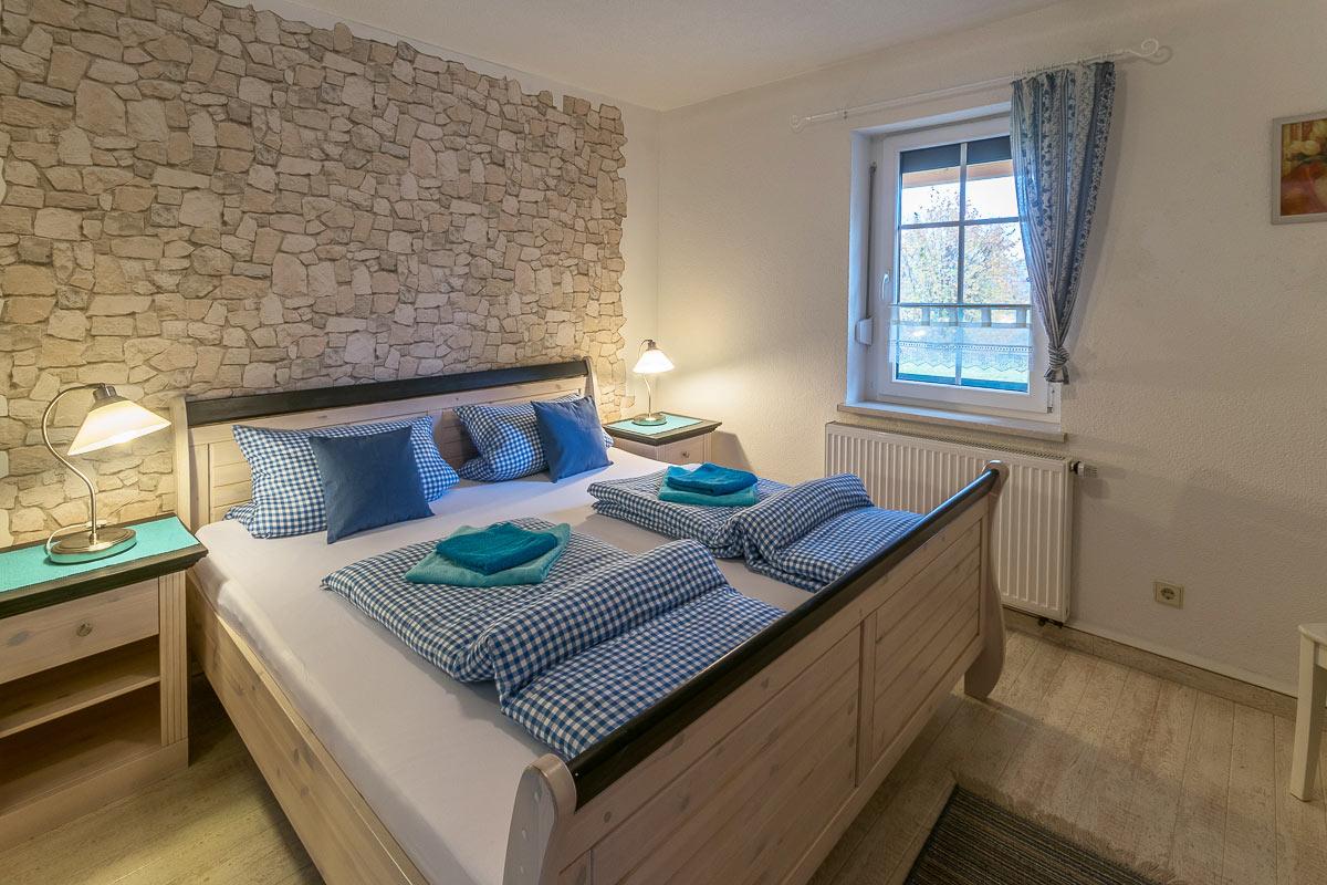 Ferienwohnung Papststein - Schlafzimmer1 mit Doppelbett und Nachttischlampen