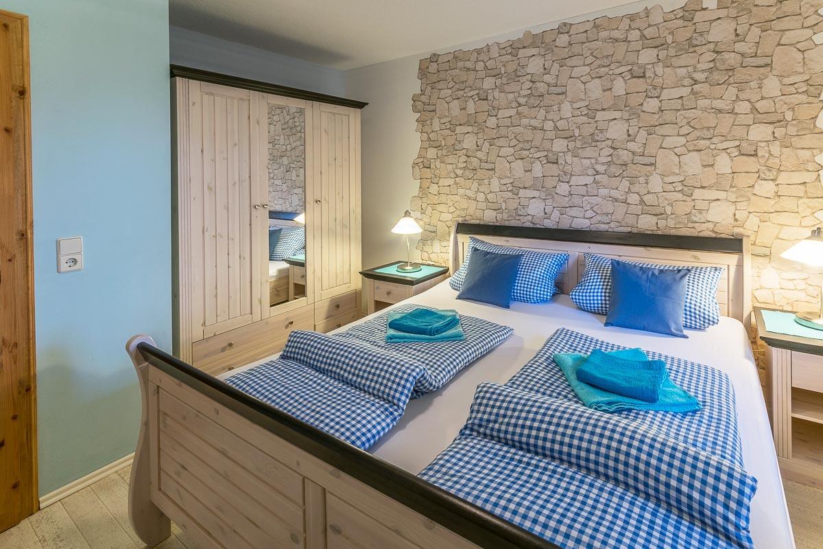 Ferienwohnung Papststein - Schlafzimmer1 mit Doppelbett und Schrank