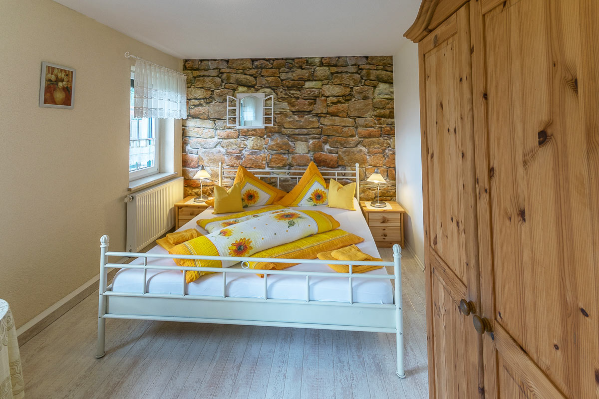 Ferienwohnung Papststein - Schlafzimmer2 mit Doppelbett und Schrank