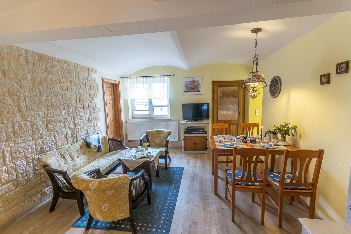 Ferienwohnung Papststein - Wohnzimmer mit Sitzecke und TV