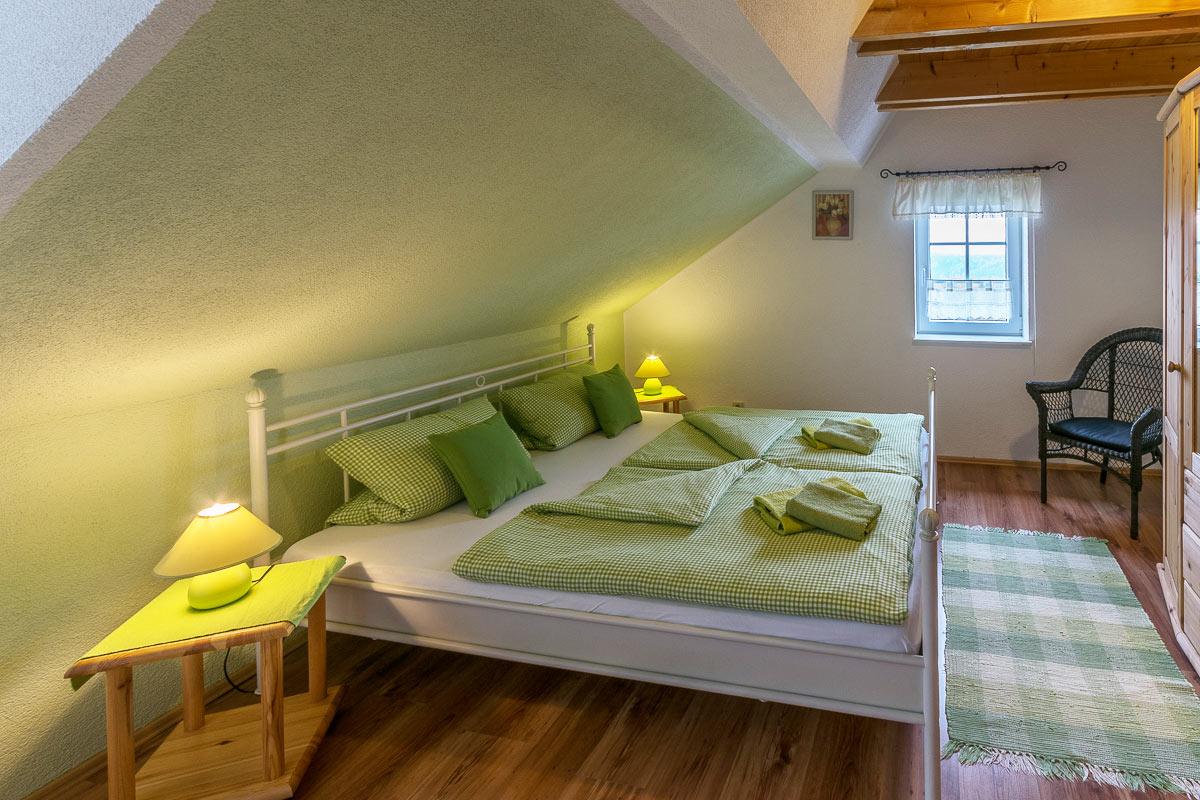 Ferienwohnung Pfaffenstein - Schlafzimmer1 mit Doppelbett und Schrank